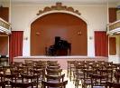 05 Η σκηνή και τμήμα της αίθουσας συναυλιών της Φιλαρμονικής Εταιρίας Ωδείο Πατρών